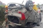 Va chạm với container, ô tô con lật ngửa trên quốc lộ: 5 người thoát chết ngoạn mục