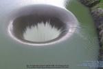 Video: Kinh ngạc 'hố tử thần' khổng lồ ở hồ nước tại Mỹ