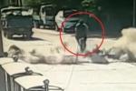 Clip: Mặt đường nổ tung, hất văng 2 người đi xe đạp điện