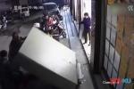 Tủ đồ trước cửa siêu thị đổ ập, bé trai 6 tuổi bị đè chết thương tâm