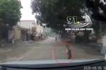 Clip: Bé trai bất ngờ lao ra trước đầu ô tô khiến tài xế thót tim