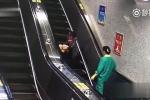 Đi giày quá cao, cô gái ngã lộn vòng trên thang cuốn