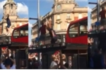 Video: Fan cuong doi tuyen Anh nhay sap tram xe bus khi an mung chien thang hinh anh 1
