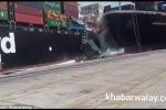 Video: 2 tàu hàng đâm nhau, hàng chục container chở ô tô rụng xuống biển