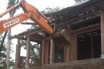 Video: Cận cảnh máy xúc đánh sập cung điện thờ thiên xây trái phép ở Hà Nội