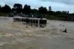 Xe buýt chở 70 người chòng chành vượt lũ, hành khách nháo nhào nhảy xuống nước