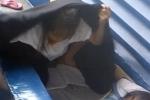 Video: Cảm động bé gái 8 tuổi bị đuổi khỏi nhà vẫn đội mưa cắm cúi làm bài tập