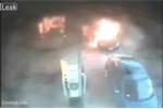 Ôtô bốc cháy ngùn ngụt ở trạm xăng, mẹ lao vào cứu 2 con ngoạn mục