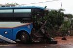 Xe khách nát bét đầu sau cú tông xe tải, 3 người chết tại chỗ