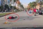 Clip: Bưng tô phở sang đường, bị xe máy phóng như bay tông ngã gục
