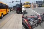 Clip: Hiện trường xe khách tông xe máy dừng đèn đỏ ngã đổ la liệt ở Bình Dương