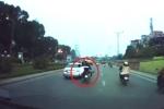 Clip: Xe máy kẹp 3 phóng nhanh phanh gấp, nam thanh niên ngã ra đường