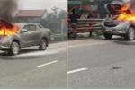 Clip: Ô tô Mazda cháy ngùn ngụt, dân và tài xế hợp sức dập lửa