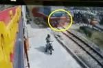 Clip: Cố tình băng qua đường sắt khi tàu hỏa đến gần, nam thanh niên bị đâm chết tại chỗ