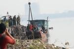 Video: Cận cảnh quả bom khủng ở cầu Long Biên được cẩu lên bờ an toàn