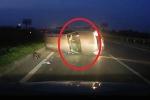 Clip: Tránh bó củi, ô tô Ford lật thảm khốc trên cao tốc Hà Nội - Bắc Giang