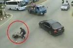 Clip: Xe máy tông ngã cụ bà rồi bỏ chạy, ôtô dừng lại giúp đỡ