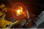 Clip: Thanh niên chơi ngông, châm lửa bình xăng mồi thuốc bị dân mạng 'ném đá'