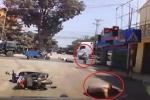 Bị xe máy vượt đèn đỏ tông ngã, 2 thanh niên đi đúng luật vẫn... bỏ chạy