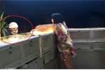 Clip: Kẻ bịt mặt đập kính cướp tiệm vàng trong 10 giây ở Bình Dương