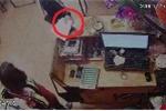 Clip: 'Nữ quái' giở tiểu xảo, đánh cắp điện thoại bằng tập giấy trắng