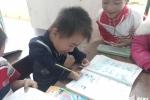Cảm phục cậu bé 'một ngón' viết chữ đẹp, học giỏi nhất lớp