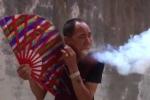 'Dị nhân' ngậm mùn cưa, phun lửa nhả khói từ trong miệng