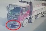 Clip: Bị xe tải kéo lê hàng chục mét, cô gái đứng dậy đi lại như thường