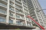 Hà Nội: Cháy tầng 27 chung cư cao cấp, xe thang dài hàng chục mét đưa người mắc kẹt ra ngoài