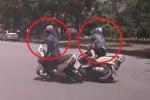 Clip: Đi song song để 'tám chuyện', 2 nữ 'ninja' tự đâm nhau ngã nhào trước đầu ô tô