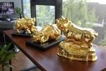 Video: Ngắm bộ tượng heo mạ vàng 24K giá hàng chục triệu đồng dịp Tết Kỷ Hợi 2019