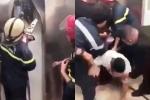 Clip: Phá cửa thang máy giải cứu 21 người mắc kẹt