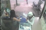 Clip: Pha cướp điện thoại 'quá nhanh quá nguy hiểm' của nữ tặc