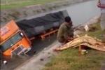 Xe container mất lái đâm 2 xe máy bay xuống kênh, 2 người chết tại chỗ