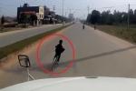 Clip: Bé trai sang đường kiểu cảm tử, dọa tài xế container một phen hú vía