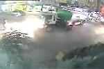 Xe bồn chở xăng phát nổ như bom, rung chuyển cả khu phố