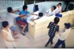 Đang cứu người, nhân viên y tế bị tấn công tới tấp