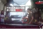 2 ô tô đối đầu trong ngõ hẹp, tài xế hùng hổ khua dao thái thịt dọa người