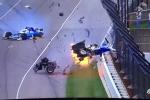 Va chạm khủng khiếp, xe đua lộn nhào, nổ tan tành trên đường đua