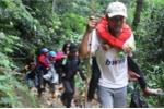 Video: Giáo viên chống gậy, cõng học sinh vượt rừng sâu tới trường