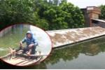 Nước vẫn ngập tới mái nhà, dân Thủ đô chèo thuyền bơi lội giữa đường làng