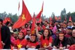 Video: Sân bóng trước cửa nhà tiền vệ Quang Hải không còn một chỗ trống