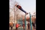 Video: Cụ ông nhào lộn như có phép thuật trên xà đơn