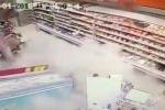 Clip: Nền nhà trong siêu thị bất ngờ sụt lún kinh hoàng