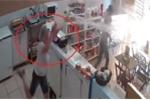 Clip: Nữ nhân viên hắt xô nước té tát khiến tên cướp bỏ chạy trối chết