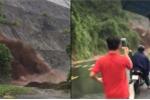 Đất đá đổ sầm sập vùi lấp quốc lộ, dân tranh thủ lấy điện thoại ghi hình sống ảo