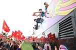 Chùm ảnh: Người hâm mộ đổ xô ra đường đón U23 Việt Nam