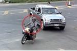 Clip: Phóng như tên lửa qua giao lộ, người đi xe máy gặp tai nạn bi hài