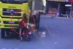 Clip: Rơi vào điểm mù, người đi xe máy bị xe tải tông trực diện