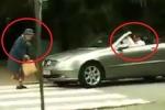 Clip: Tài xế xe sang bóp còi vô tội vạ, bị cụ bà thẳng tay 'dằn mặt'